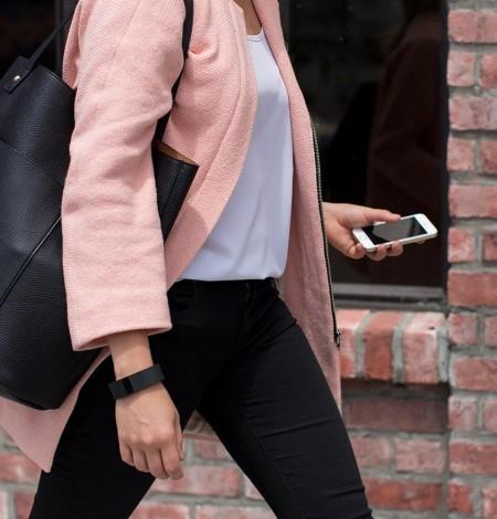 Fitbit Charge kvinde på farten