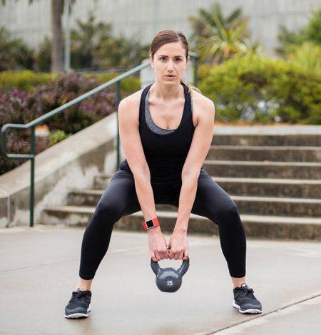 kvinde med fitbit surge armbånd